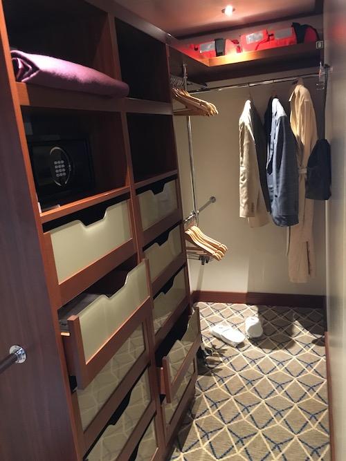 900 - Closet